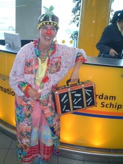 Op Schiphol onderweg naar kinderen in wees/ziekenhuizen